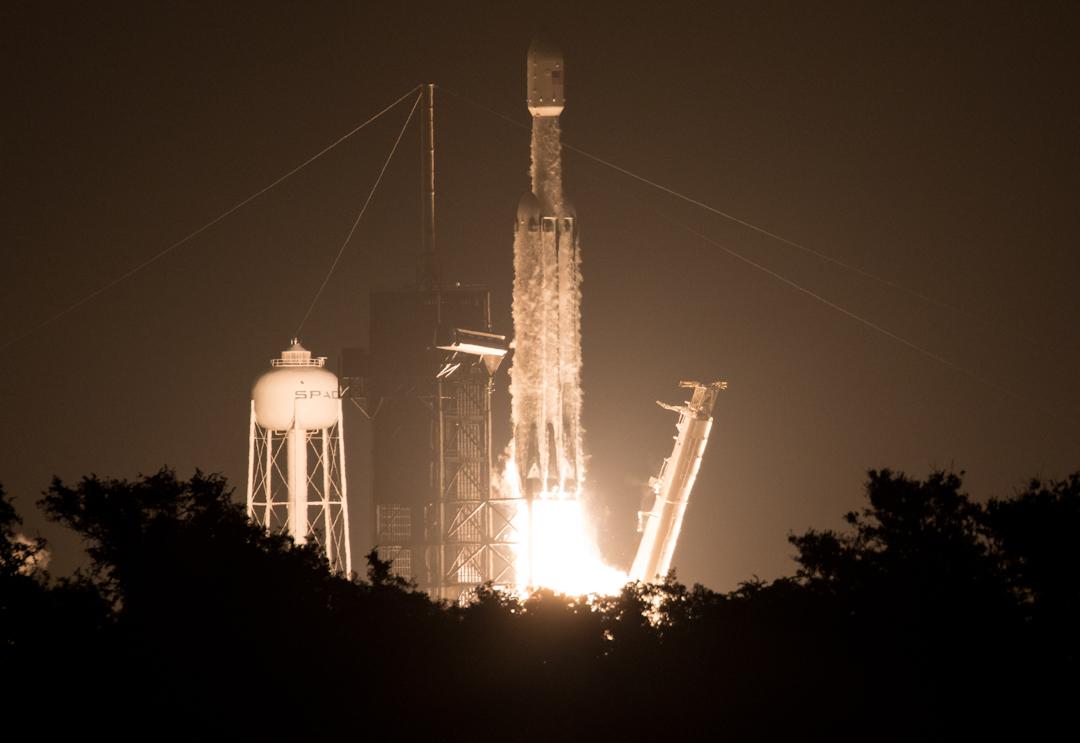 6月25日下午14時30分,美國太空探索公司(SpaceX)以獵鷹重型火箭搭載六枚台灣福爾摩沙衛星七號(簡稱福衛七號),於甘迺迪太空中心發射升空。  攝:Joel Kowsky/NASA via Getty Images
