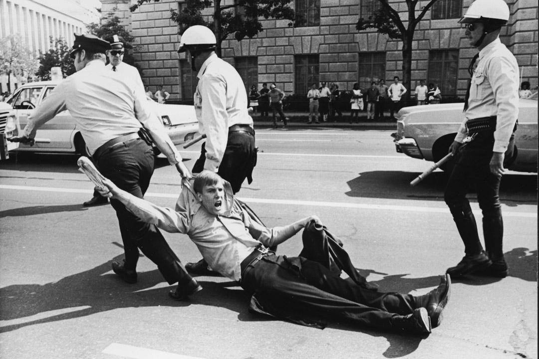 1970年5月9日,華盛頓防暴警察將一名反戰示威者拖走。
