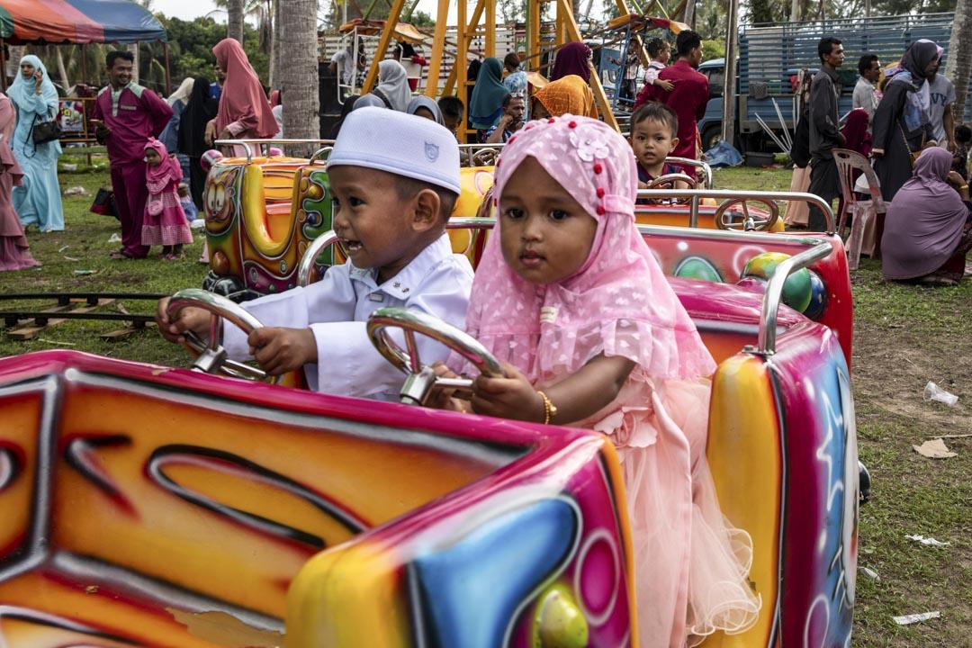 2019年6月5日,泰國北大年府,穿著傳統服飾的穆斯林兒童們在遊樂場玩耍。