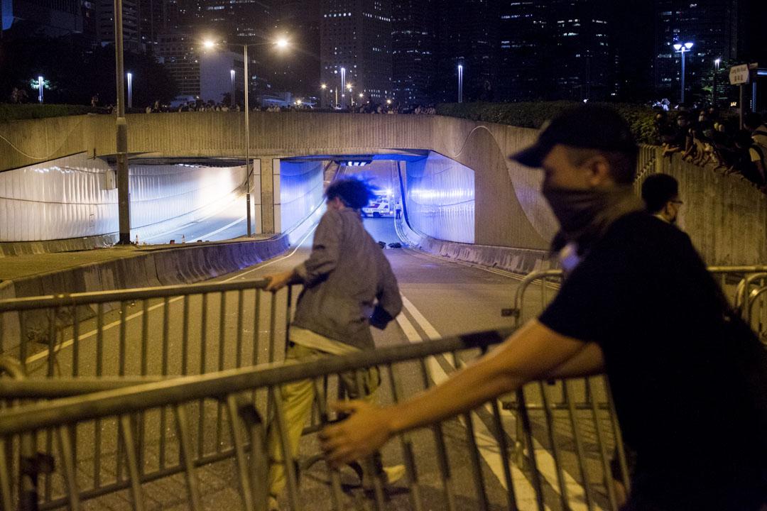 01:00,示威者在龍和道架起路障。