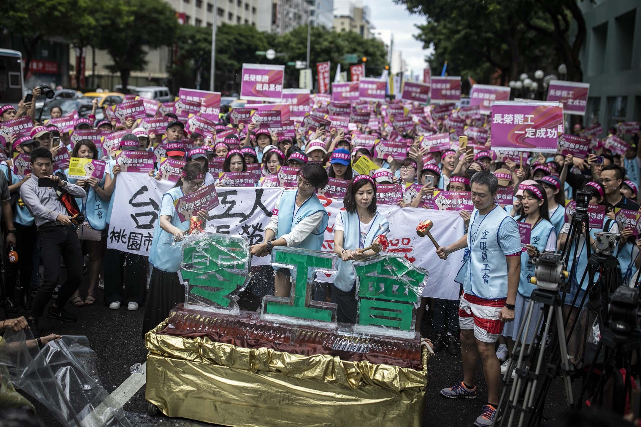 2019年6月4日,桃園市空服員職業工會舉行「台灣工人拚民主、長榮空服爭尊嚴」大遊行。 攝:陳焯煇/端傳媒