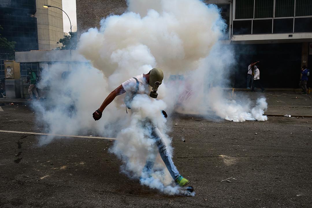 2017年4月19日,一名示威者在反對委內瑞拉總統尼古拉斯·馬杜羅的集會期間,與警方發生衝突。