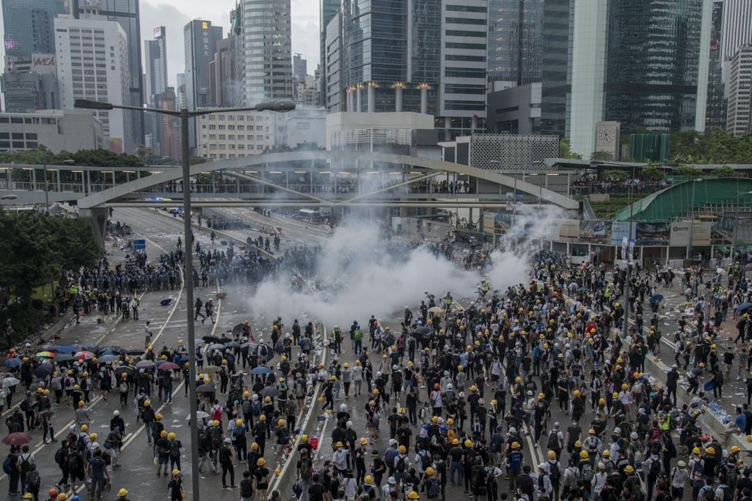 2019年6月12日,警方在夏慤道釋放催淚彈。