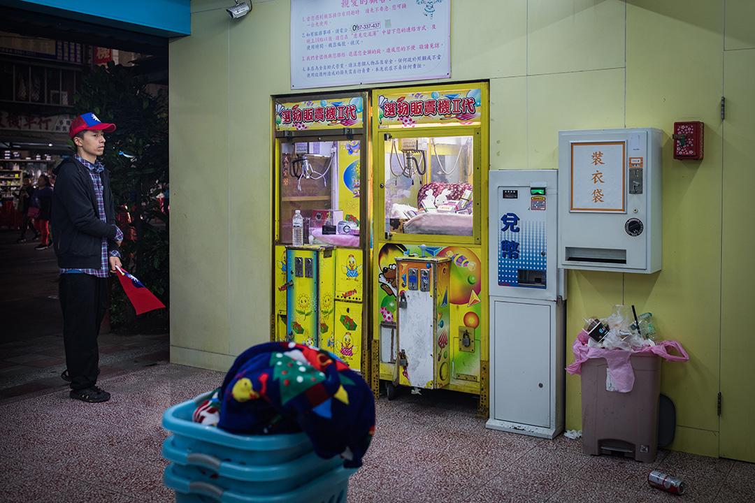 2019年3月15日,韓國瑜在鄭世維的造勢晚會上為他拉票,一名支持者在晚會附近的洗衣店裡。