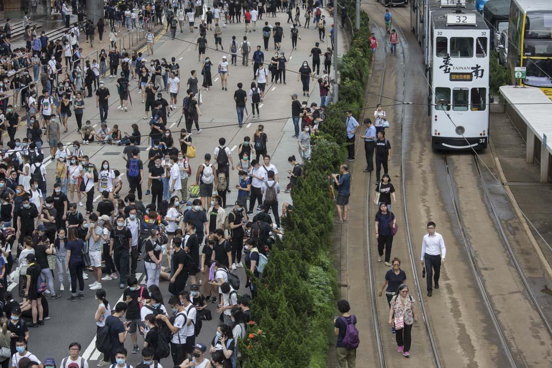 2019年6月12日,大批香港市民佔領金鐘立法會和政府總部附近的街道,令原訂當天上午11時開始《逃犯條例》修訂草案二讀無法如期展開。