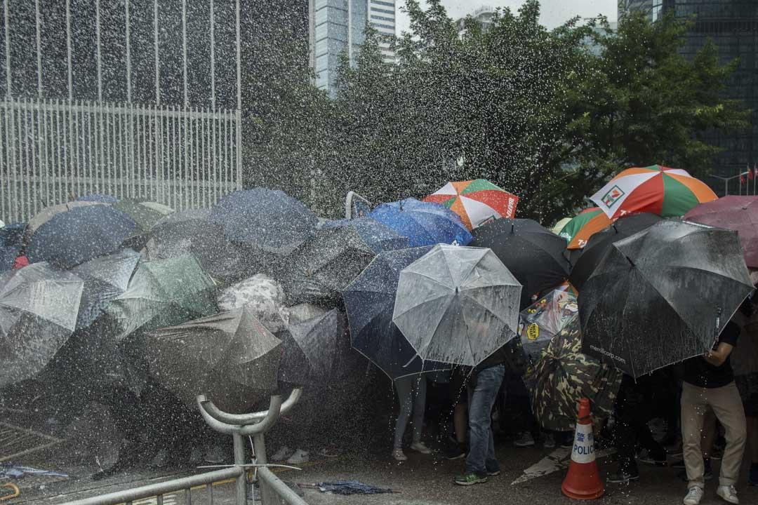 2019年6月12日,示威者在政府總部前被警方噴射楜椒噴霧。