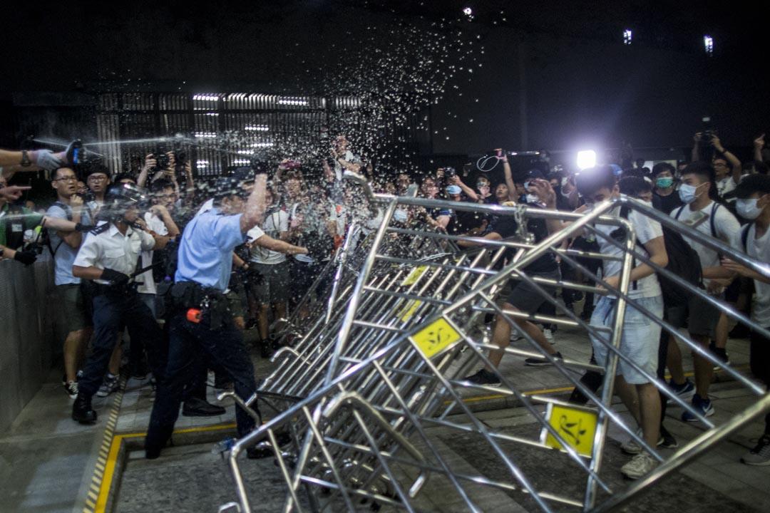 2019年6月10日凌晨,部分示威者衝擊立法會,警察以胡椒噴霧驅趕。