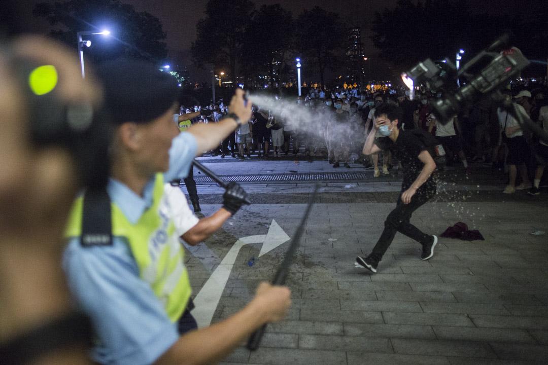 00:17,警察以胡椒噴霧驅趕示威者。