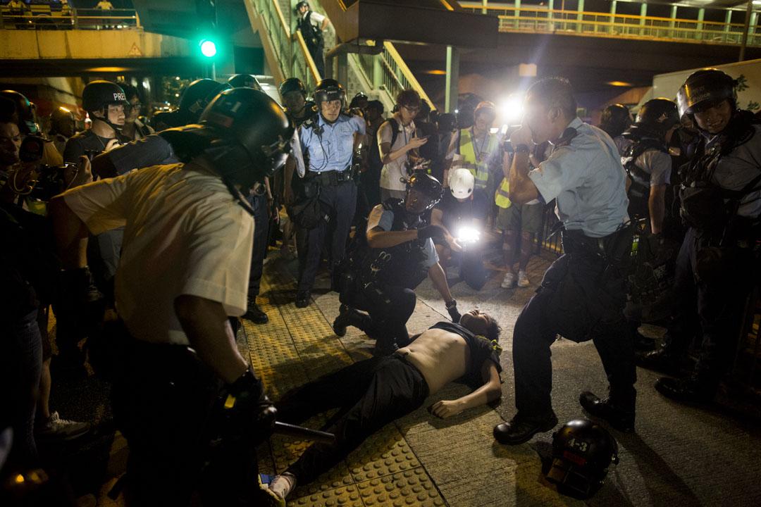 02:52,警察將過百名示威者制服於舊灣仔警署外,一名示威者不適。