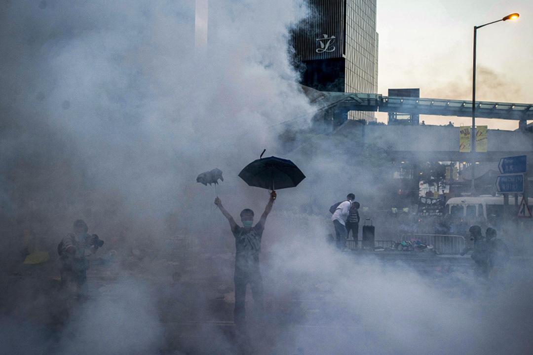 2014年9月28日,防暴警察在香港金鐘施放催淚彈。
