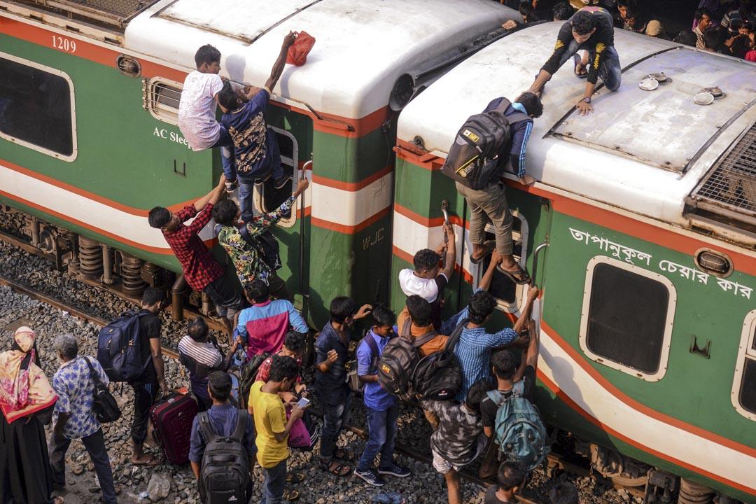 2019年6月4日,孟加拉國達卡,穆斯林們趕在開齋節前乘火車回家與親人團聚。