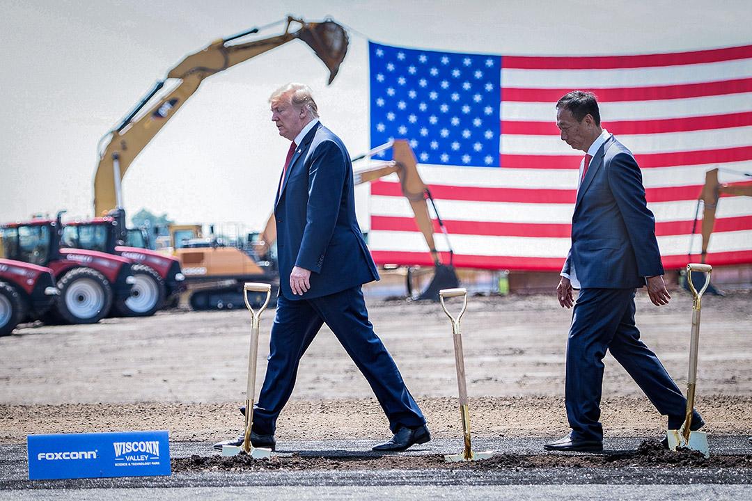 2008年6月28日,美國總統特朗普(左)和富士康董事長郭台銘在威斯康辛州的科技園區。