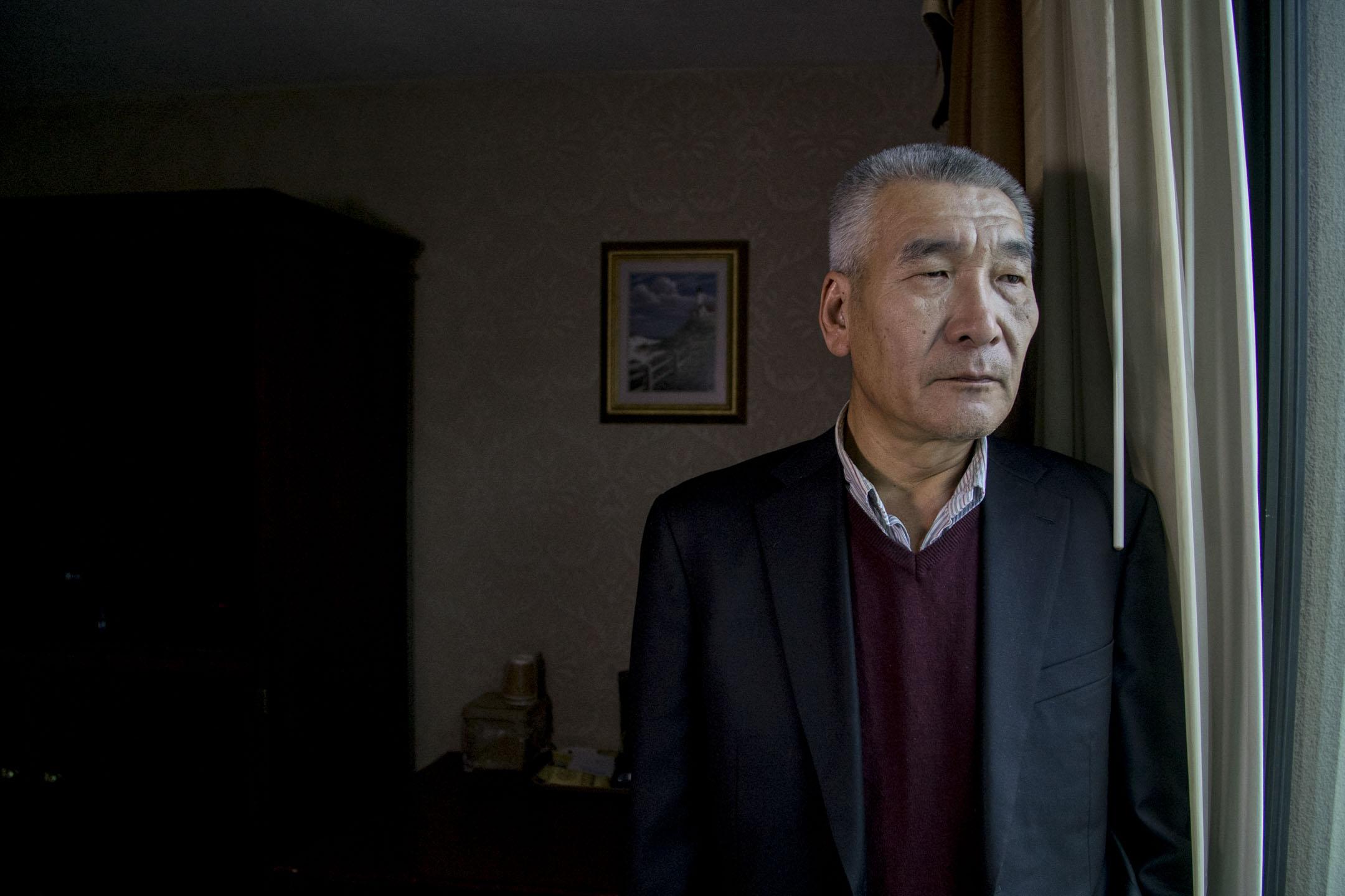 近1.9米高、留着板寸頭的山東大漢孫立勇,曾在北京當警察,作為六四抗暴者親歷了八九學運。 攝:Yuhong Pang /端傳媒