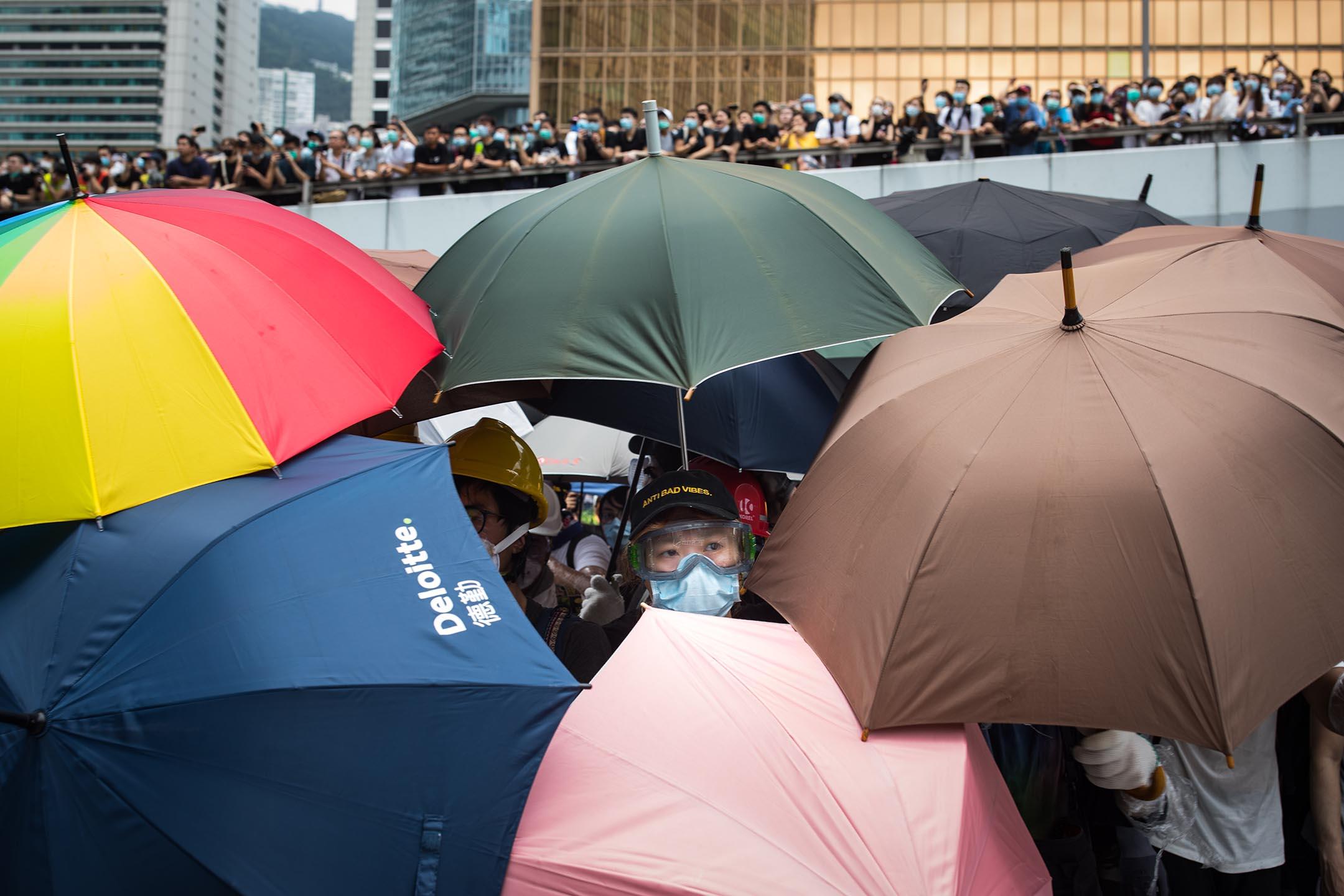 2019年6月12日,大批香港市民佔領金鐘立法會和政府總部附近的街道,令原訂當天上午11時開始《逃犯條例》修訂草案二讀無法如期展開。 攝:陳焯煇/端傳媒