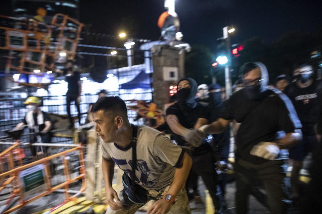 2019年6月26日, 集會後,部分示威者來到灣仔警察總部「和平包圍」,並作通宵留守。第二日凌晨,警方清場。