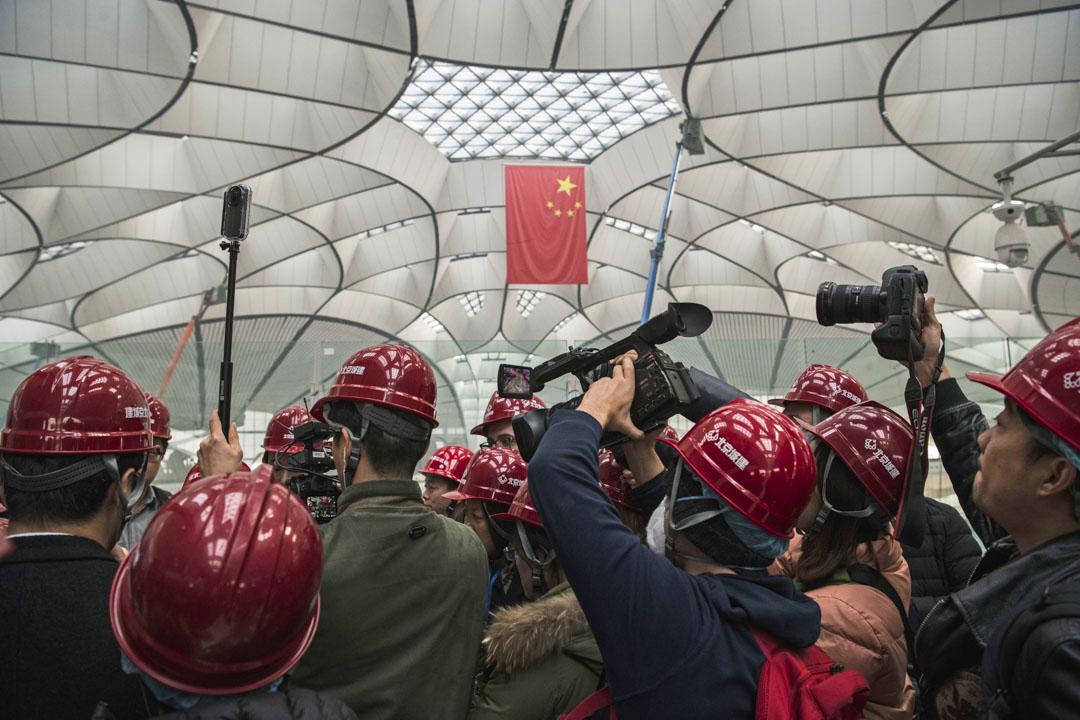 2019年3月1日,中國和外國記者在北京大興國際機場主航站進行採訪。
