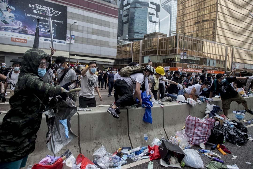 2019年6月12日,警方進行金鐘夏慤道的清場行動,示威者進行反抗。