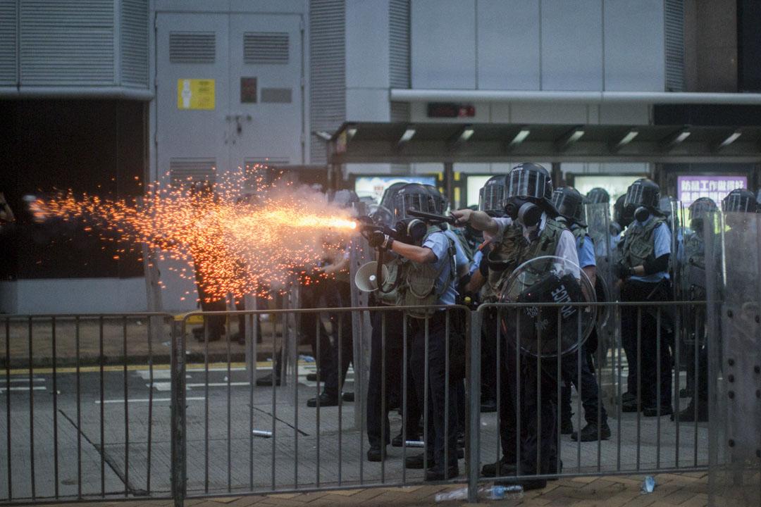 2019年6月13日,香港警務處長盧偉聰表示行動中警方一共投擲逾150枚催淚彈、20發布袋彈及數發橡膠子彈。盧強調,以上武器投放數字為約數。 攝:林振東/端傳媒