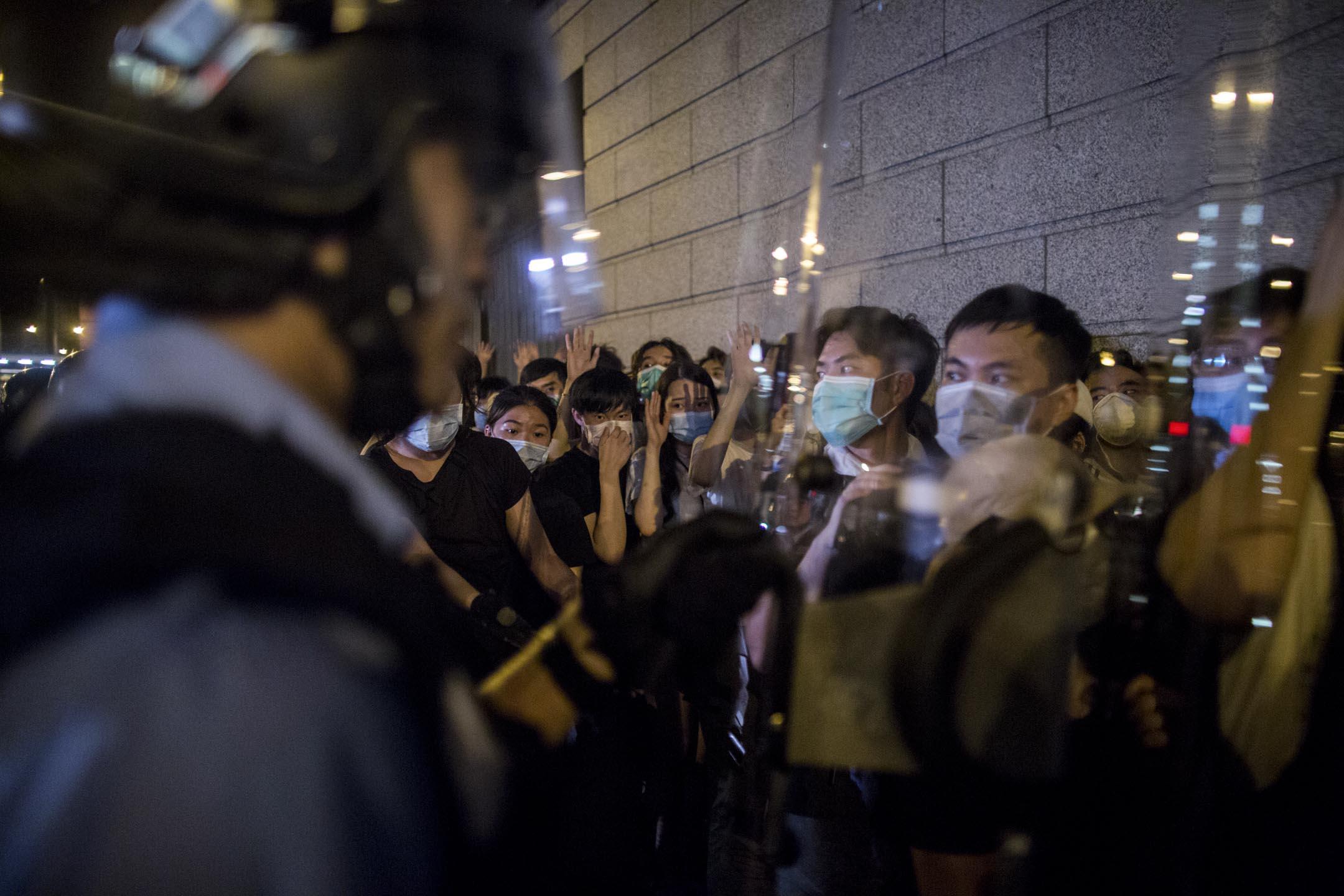 2019年6月10日凌晨約3時,示威者在舊灣仔警署被迫向牆角。 攝:林振東/端傳媒