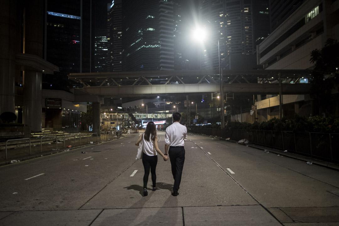 2019年6月12日深夜,一對情侶走在被佔領的金鐘道上。