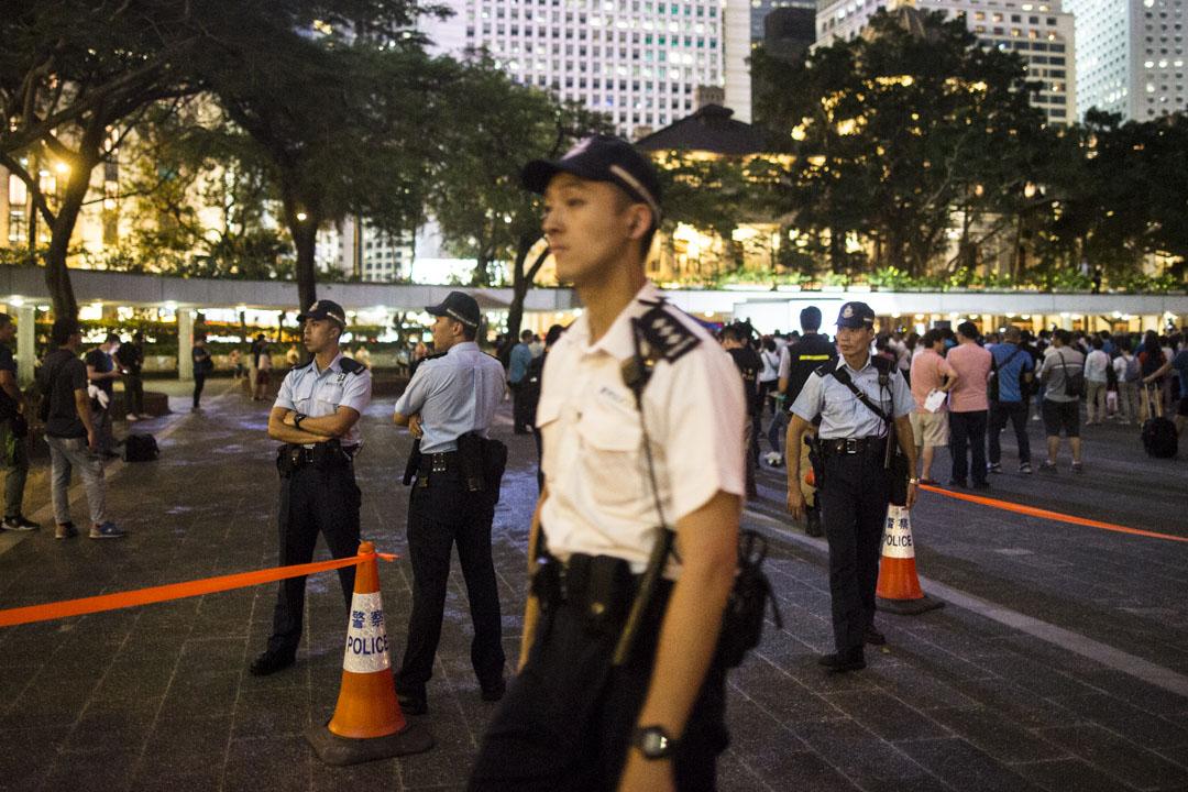 警察在撐警晚會現場周圍駐守戒備。