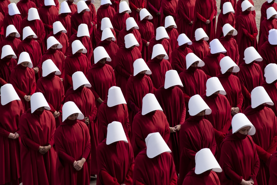 「除了帽子上的雙翼之外,我身上的一切都是紅色的:那是血的顏色,定義我們這個階級的顏色。」原著小說中這麼描述她們身上的血紅色裝扮。圖為《使女的故事》的拍攝現場。