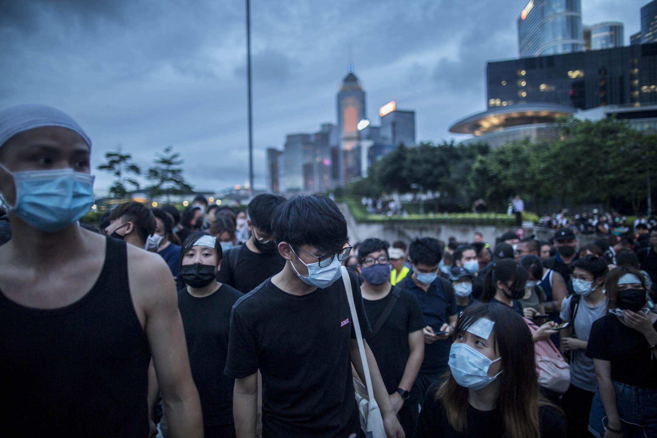 2019年6月17日,近千示威者遊行到特首辦,要求林鄭月娥撤回《逃犯條例》修訂草案,並收回將6月12日衝突事件定性為暴動。 攝:林振東/端傳媒