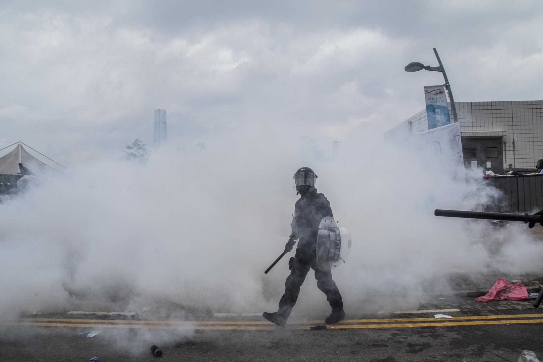 2019年6月12日,金鐘夏慤道的清場行動中,警方合共施放 150 枚催淚彈、20 發布袋彈,警務處處長盧偉聰形容警察的處理方法十分克制,亦有按足指引使用武力。
