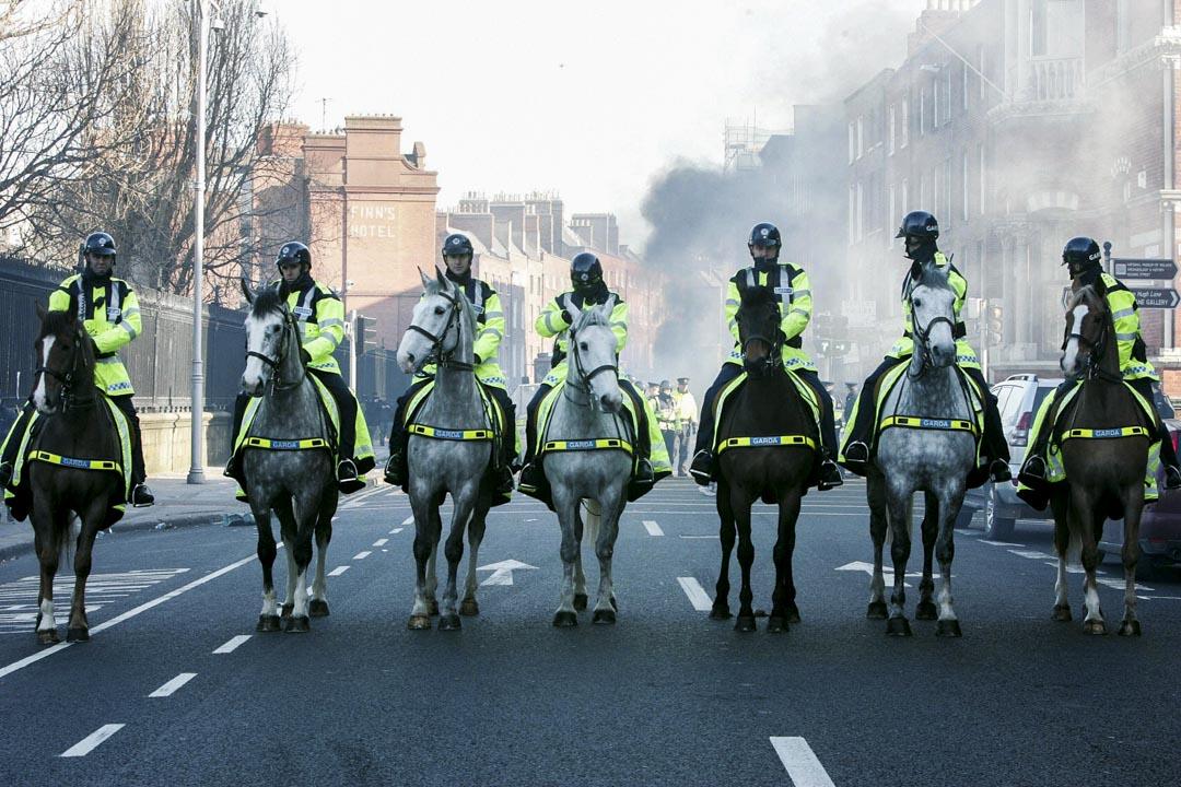 2006年2月24日,北愛爾蘭警察在都柏林一個示威現場執勤。