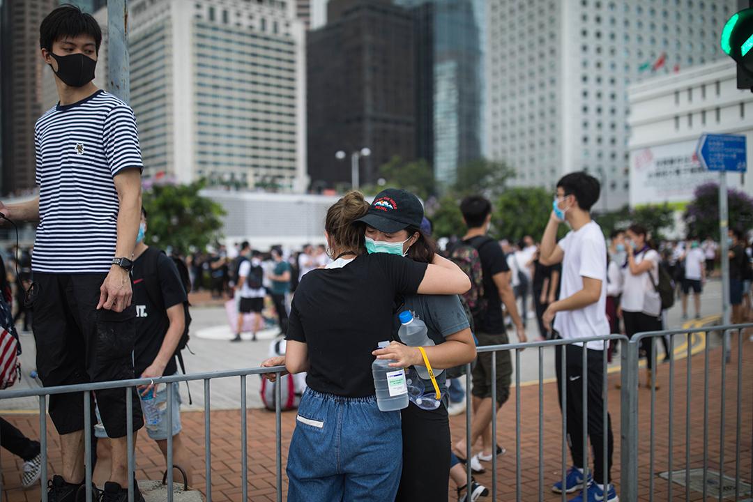 2019年6月12日,示威者在警方以催淚彈清場後互相擁抱。