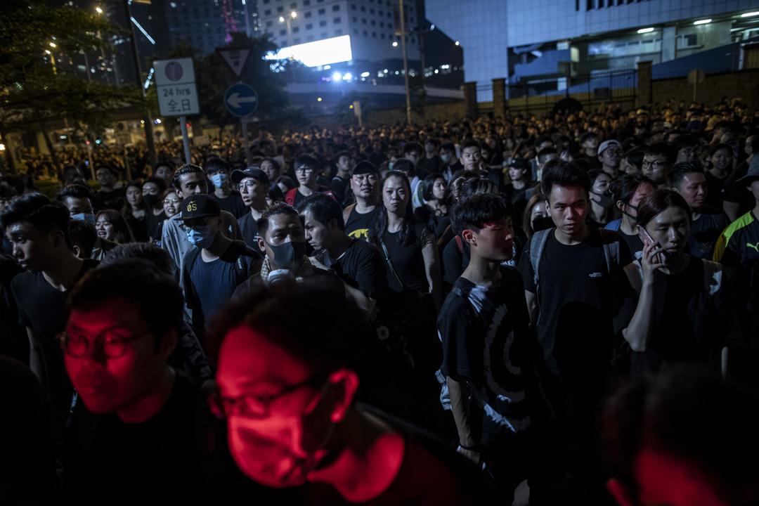 2019年6月16日,香港民陣發起第四次反對《逃犯條例》修訂大遊行,晚上不少示威者聚集在政府總部 。  攝:Stanley Leung/端傳媒