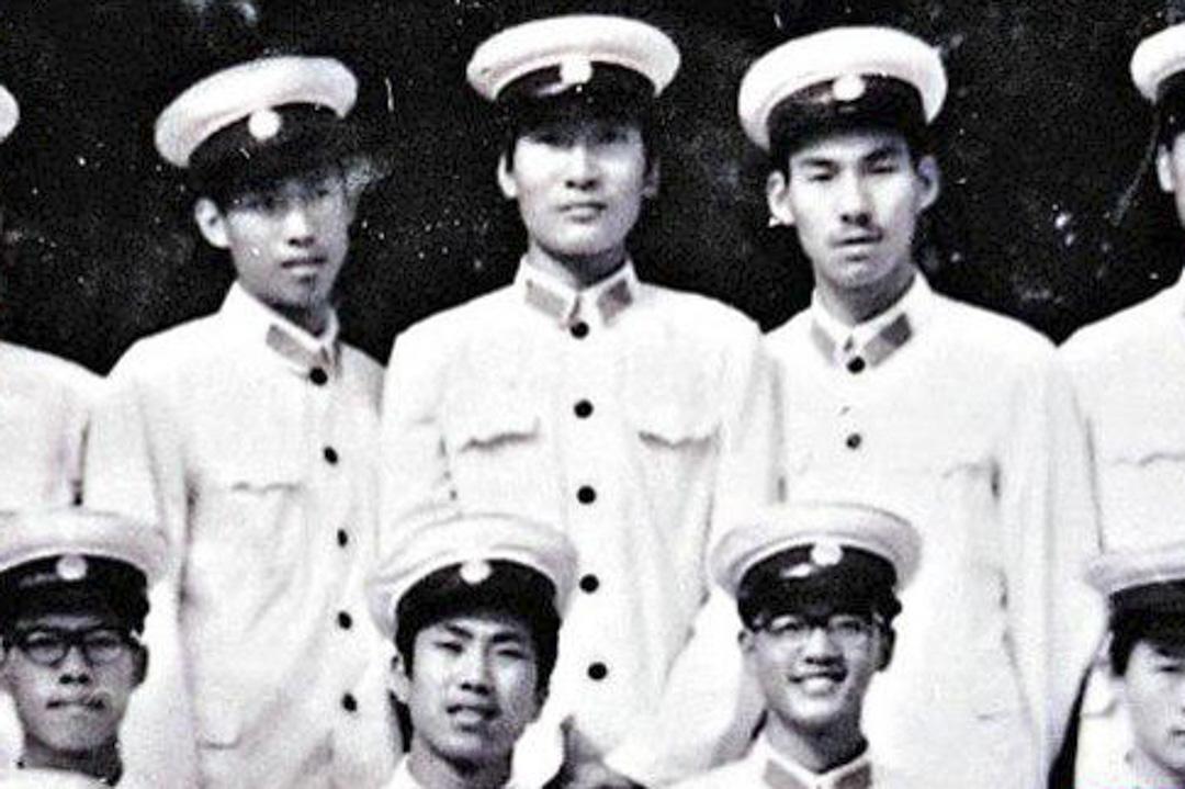 孫立勇曾在北京當過八年警察,於1987年辭職,其後轉當保安員。圖中後排中間為孫立勇。