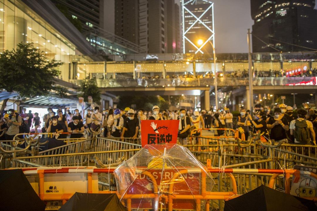 2019年6月12日,示威者在金鐘道所放置的路障。