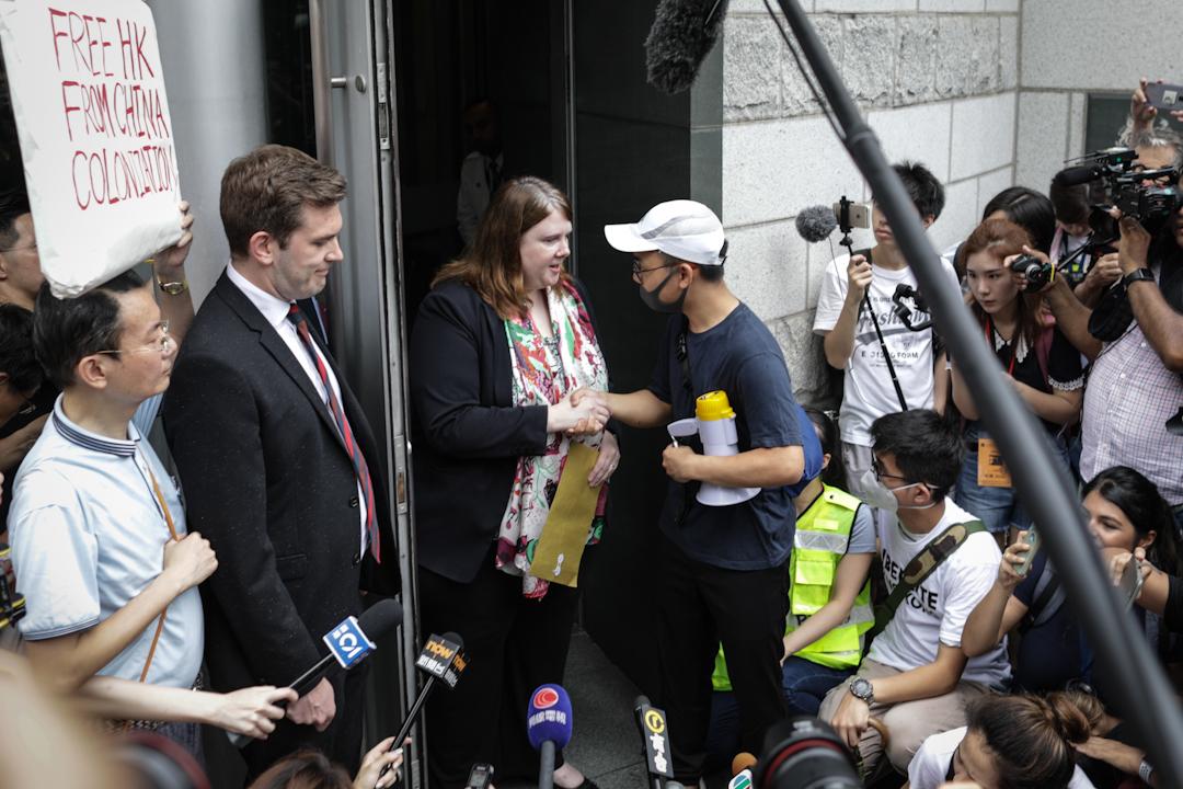 示威者到英國領事館遞信請願。