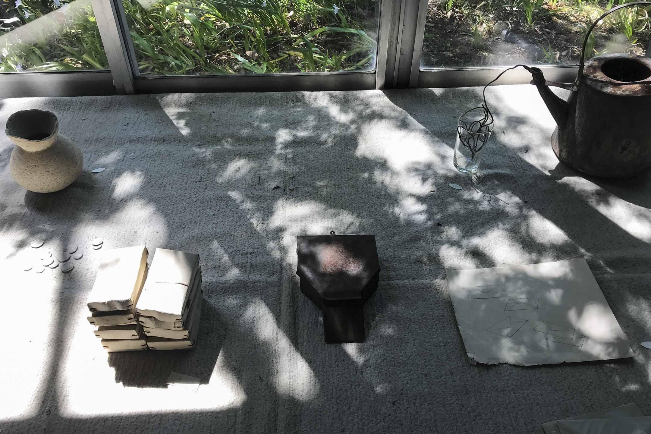 小小美術館沒有電燈,展品展現出來的面貎,隨著時間、天氣的變化而轉變。 攝影:林琪香