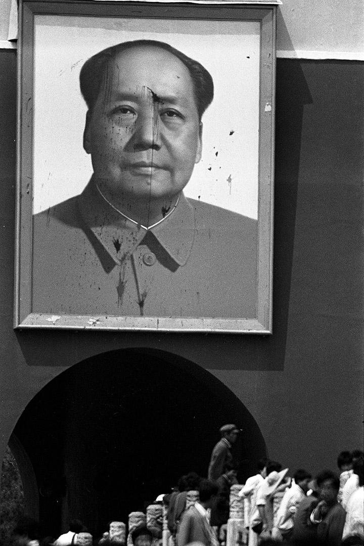 1989年5月23日,北京學運期間,毛澤東畫像遭潑漆。