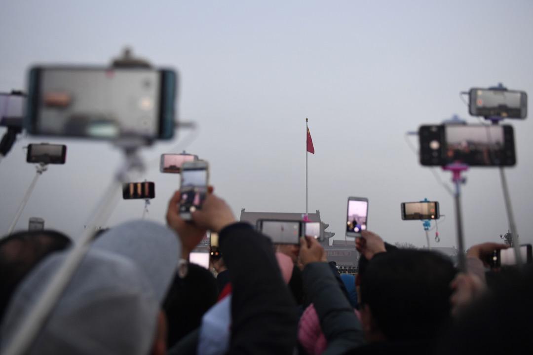 2005年圍繞着雲南怒江建水壩而引起的爭論後,中國公共輿論空間的性質也許正在朝着正態分布方向發展。