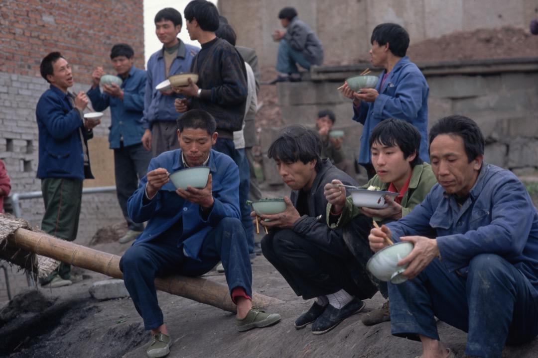 1990年代,國營工廠的工人被大規模失業,轉交由市場-資本的控制,並且很快被來自農村的農民工所替代。