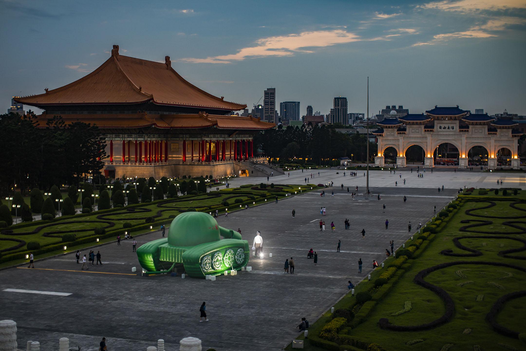 2019年5月23日,台灣藝術家的作品,一個巨型的充氣坦克人放置在台灣中正紀念堂。 攝:陳焯煇/端傳媒