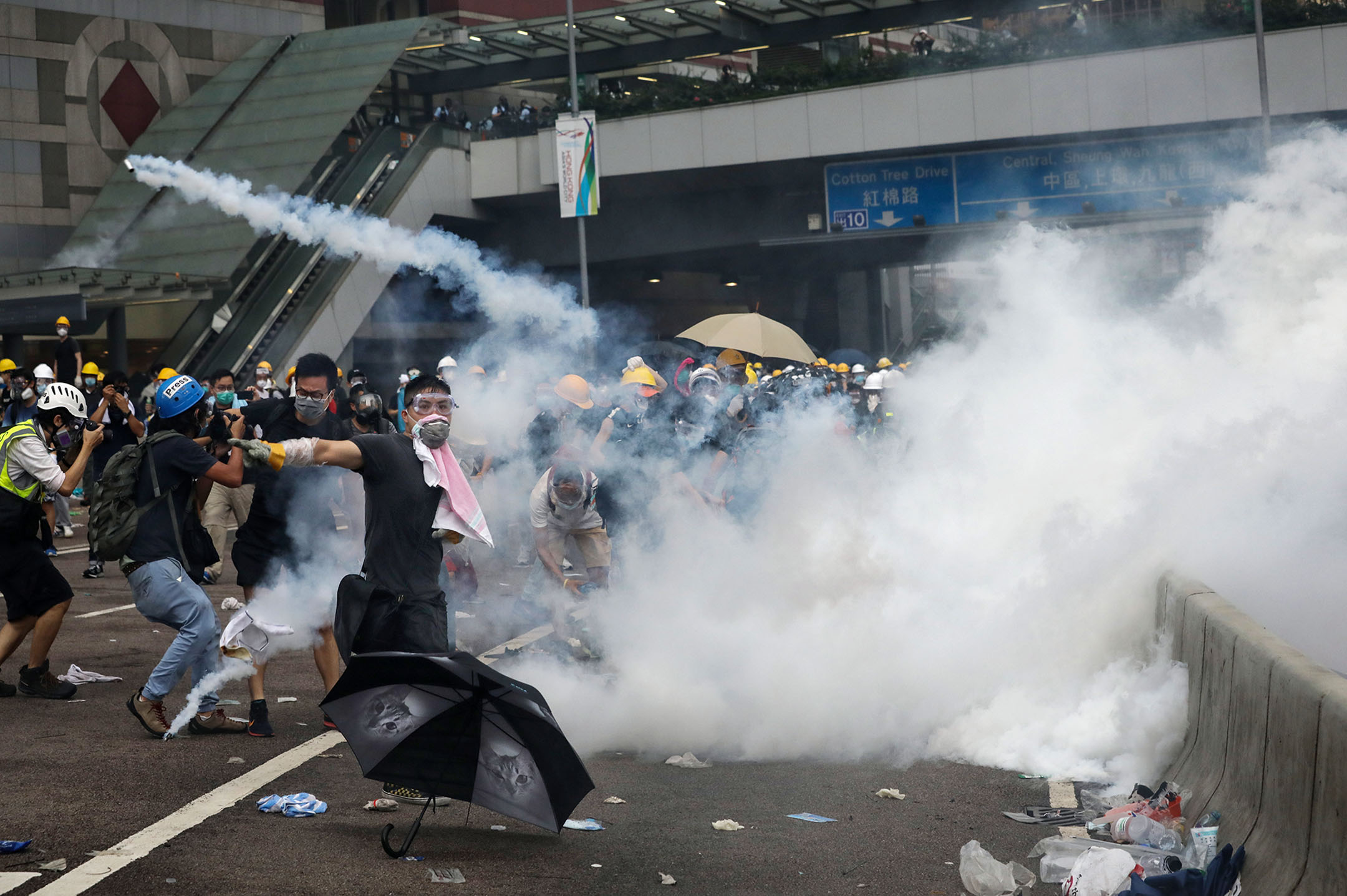 2019年6月12日香港金鐘,一名示威者在催淚彈的煙霧中。 攝:Sam Tsang/South China Morning Post via Getty Images