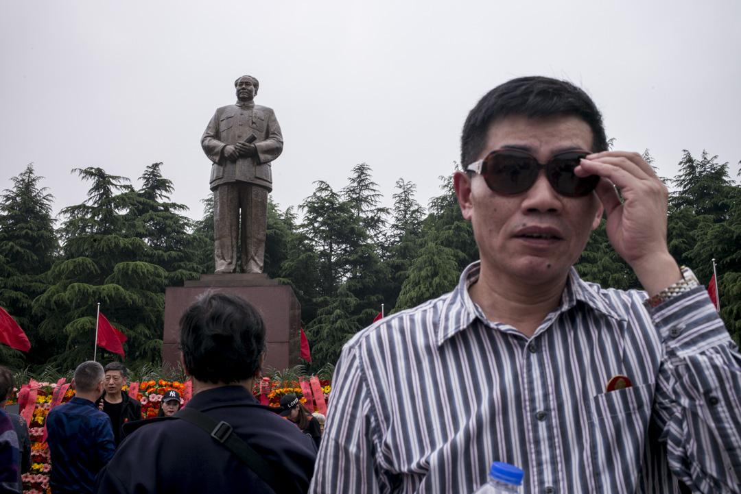位於湖南省韶山毛澤東故居,不少遊人在銅像廣場上拍照留念。 攝:林振東/端傳媒