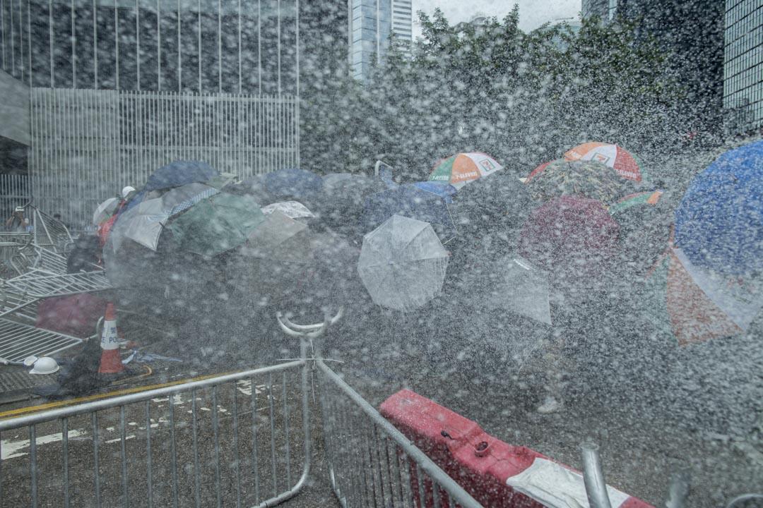 2019年6月12日,警方於金鐘夏慤道向示威者噴射胡椒噴霧。
