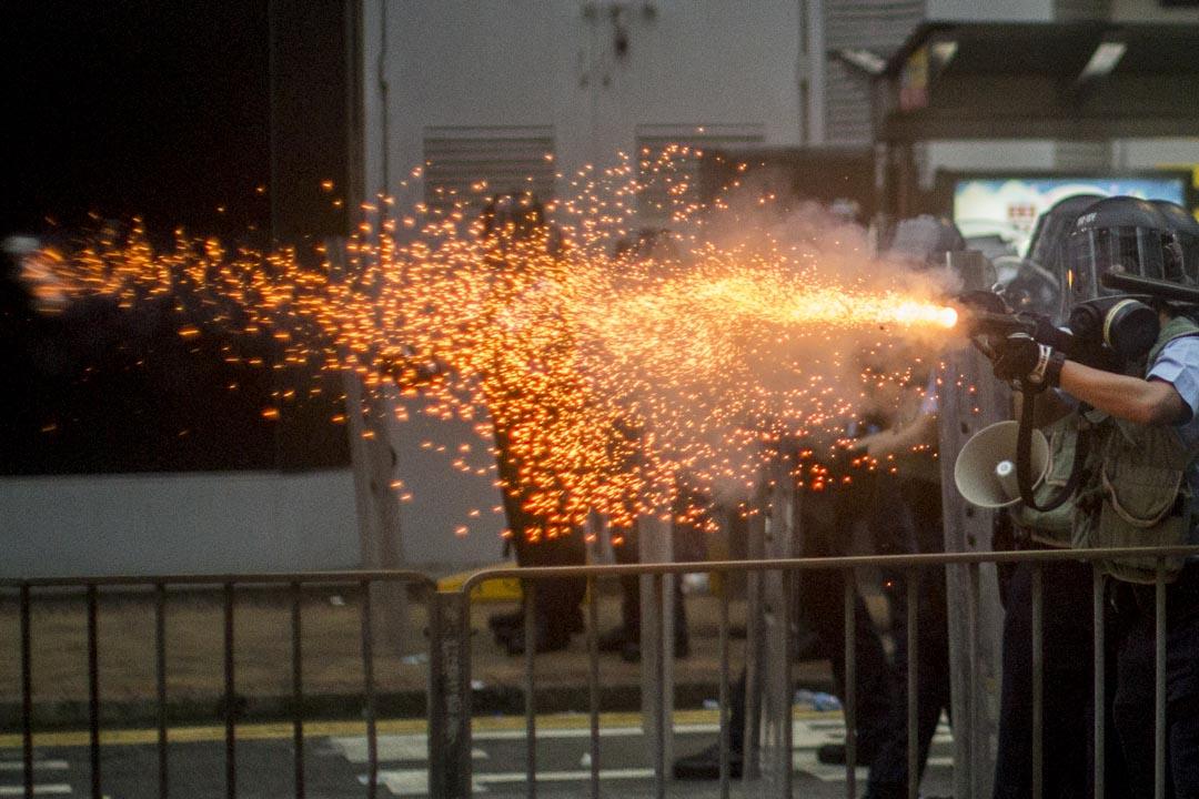 2019年6月12日,香港金鐘,大批香港市民佔領金鐘立法會和政府總部附近的街道,以阻止《逃犯條例》修訂草案二讀,警察施放催淚彈及布袋彈。