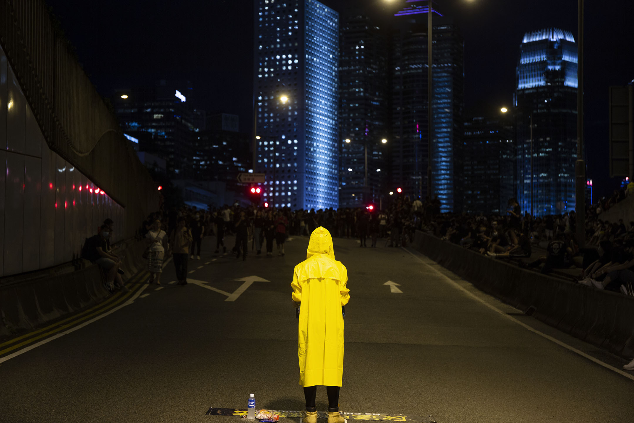 2019年6月17日,示威者包圍特首辦,有人穿上黃雨衣,以悼念於太古廣場平台抗議而死的示威者。
