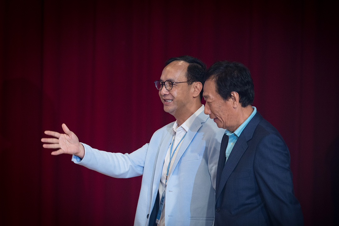 2019年4月30日,台北「突破困境・迎接挑戰——重振台灣競爭力會議」,郭台銘和朱立倫在圓桌論壇台上。