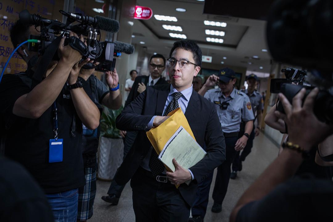 長榮航空認定空服員工會非法罷工,今天下午委任律師鍾郡赴台北地方法院提出非法罷工損害賠償訴訟,罷工一天將求償新台幣3400萬元。