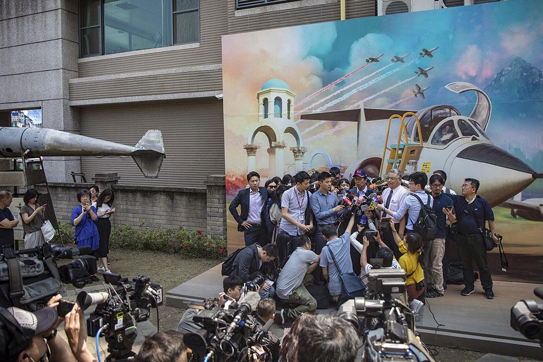 2019年4月26日,郭台銘在新竹眷村博物館外接受媒體訪問。