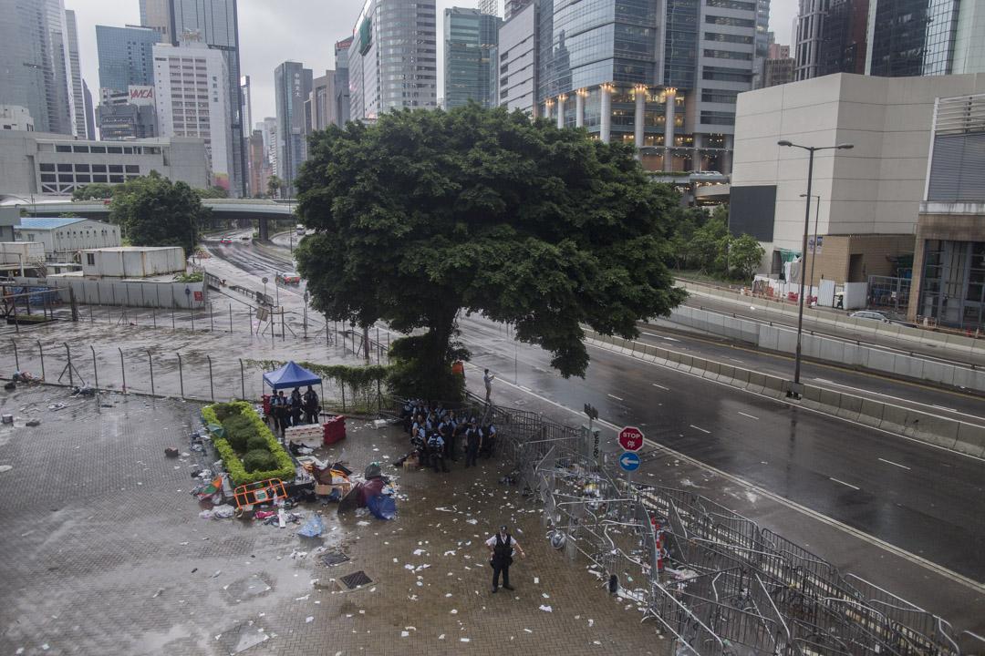 2019年6月13日早上,金鐘夏愨道周遭仍有不少警員駐守,部份進出天橋人士都需查核身份。 攝:林振東/端傳媒