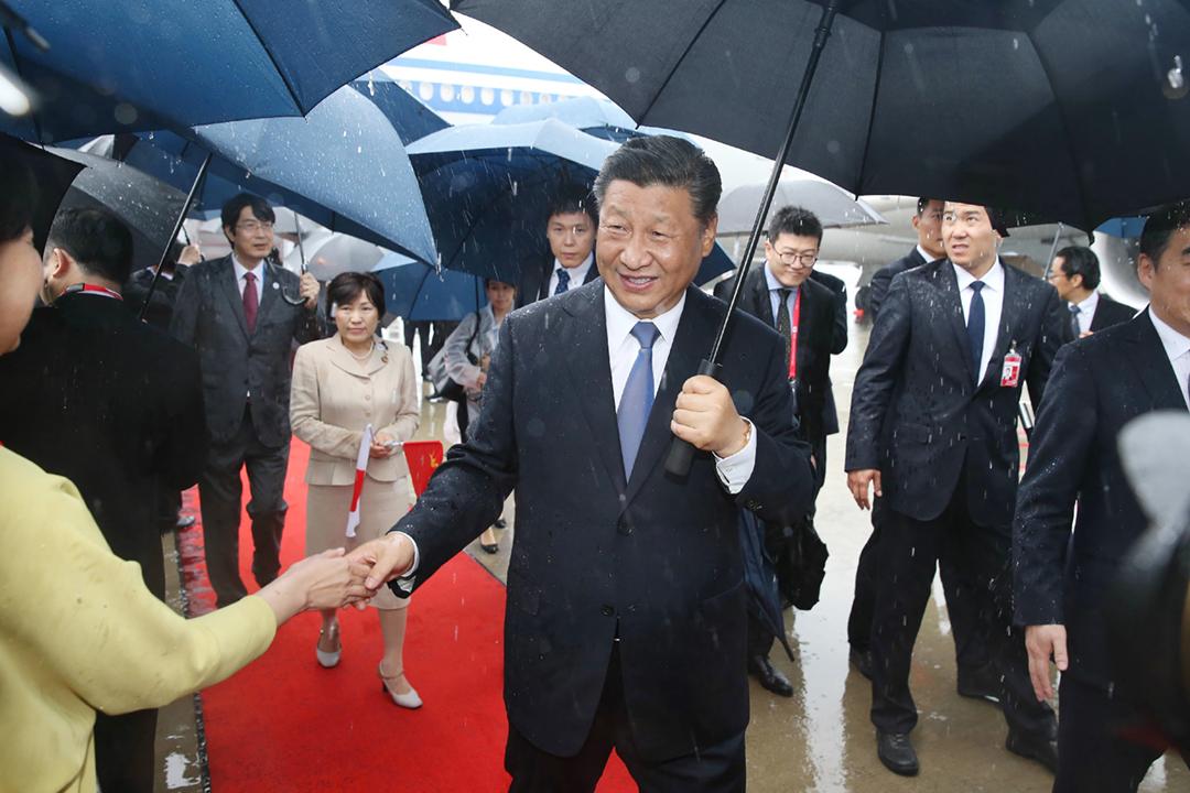 2019年6月27日,中國國家主席習近平抵達日本關西國際機場,準備出席二十國集團(G20)峰會,期間亦會趁空檔與美國總統特朗普舉行會談。 攝:JIJI PRESS / AFP /Getty Images