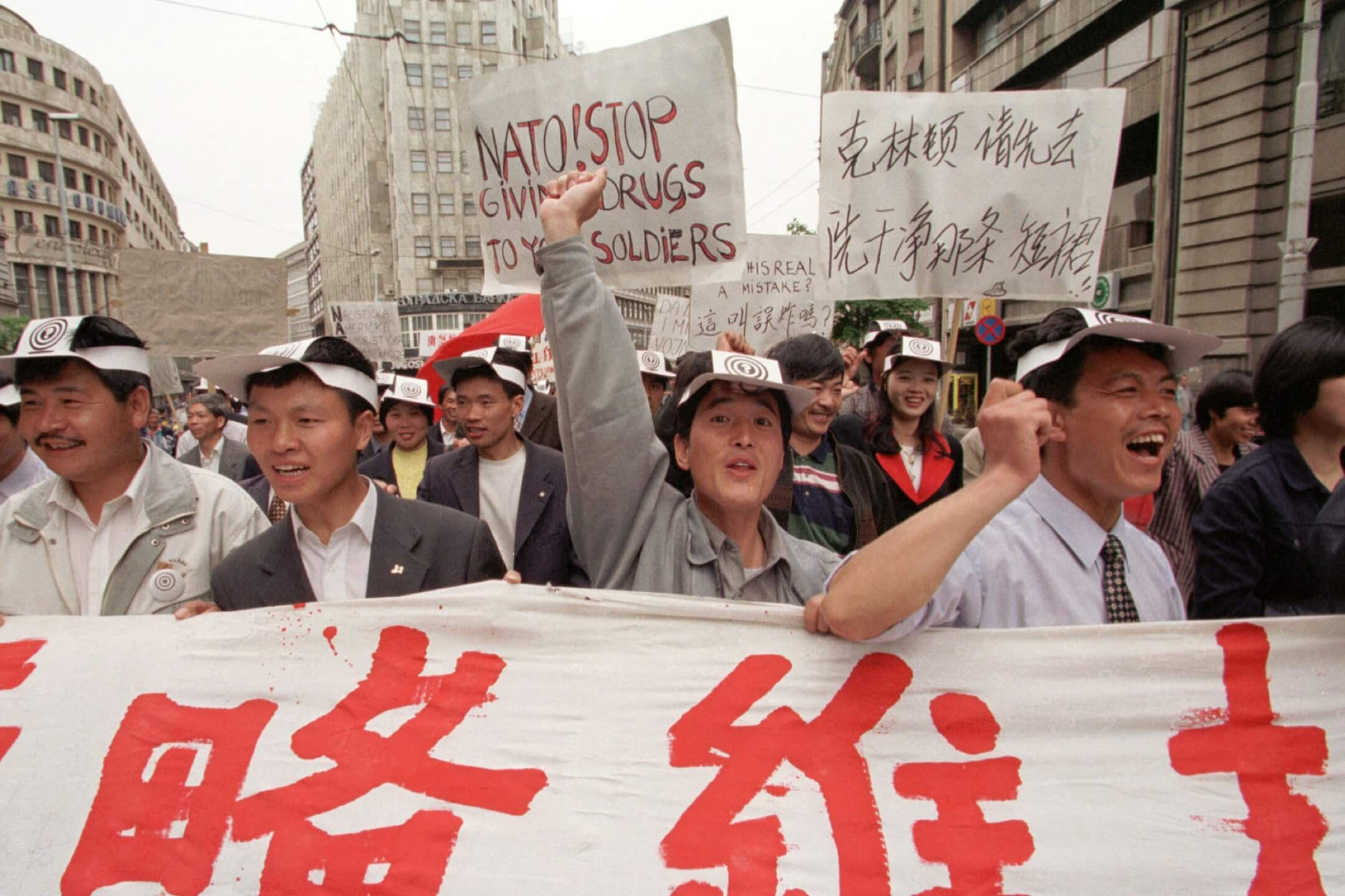 2001年5月9日,為紀念北約轟炸貝爾格萊德的中國駐南聯盟大使館事件,約200名華僑在貝爾格萊德市中心示威,要求北約停止對南斯拉夫的空襲。 攝:Sovfoto/Universal Images Group via Getty Images